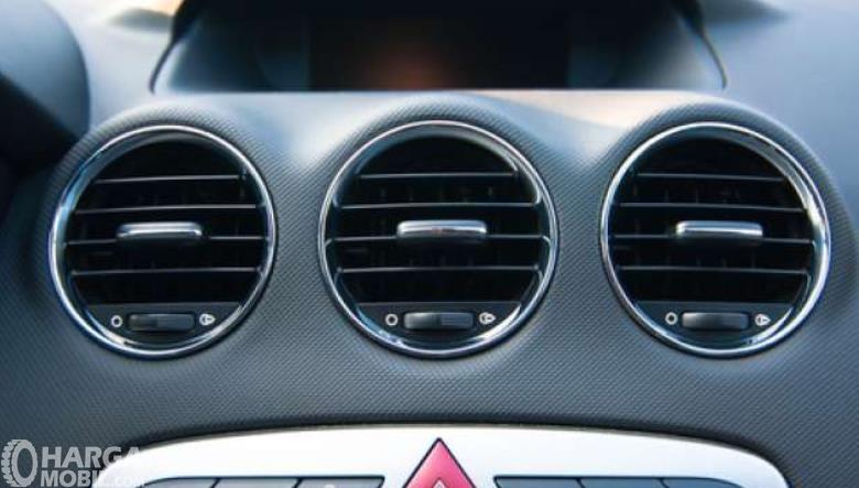Gambar ini menunjukkan kisi-kisi AC  3 buah di mobil