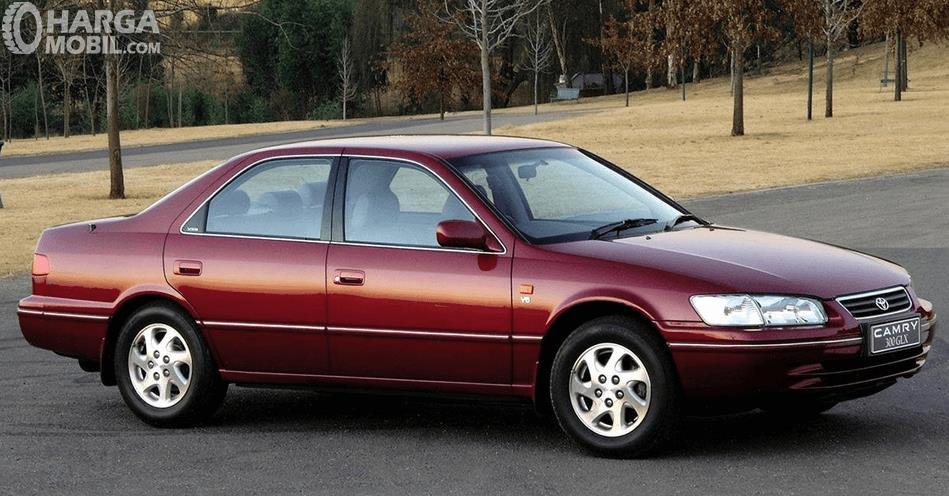 Gambar ini menunjukkan samping kanan Toyota Camry Grande 1998