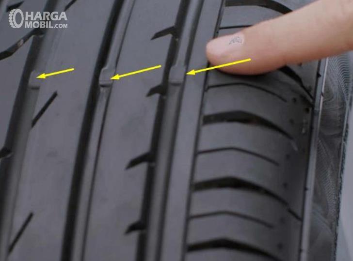 Gambar ini menunjukkan TWI pada ban mobil