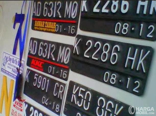 Gambar ini menunjukkan beberapa plat nomor yang dipajang di tempat pembuatan plat nomor