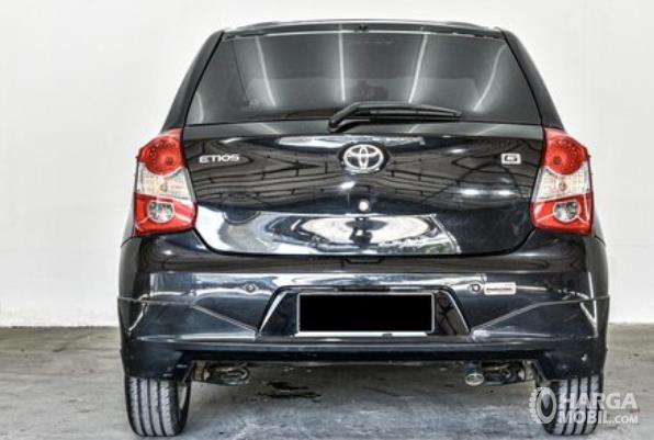 Gambar ini menunjukkan bagian belakang mobil Mobil Toyota Etios Valco G 2013