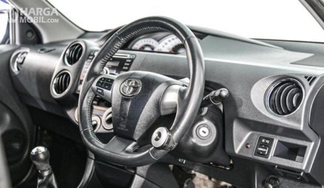 Gambar ini menunjukkan dashboard dan kemudi mobil Mobil Toyota Etios Valco G 2013