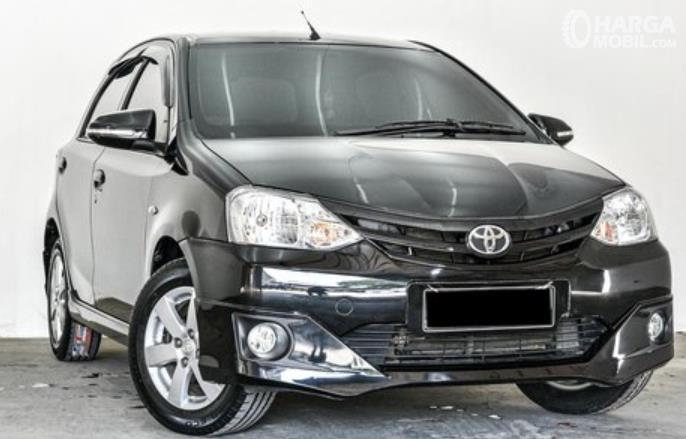 gambar ini menunjukkan bagian depan Mobil Toyota Etios Valco G 2013