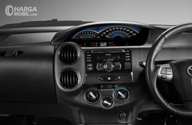 Gambar ini menunjukkan head unit mobil Mobil Toyota Etios Valco G 2013