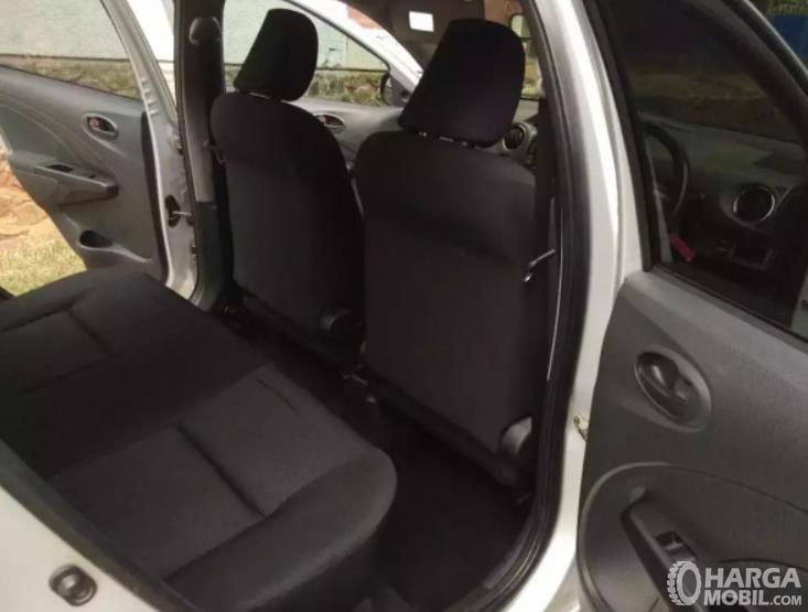 Gambar  ini menunjukkan jok belakang mobil Mobil Toyota Etios Valco G 2013