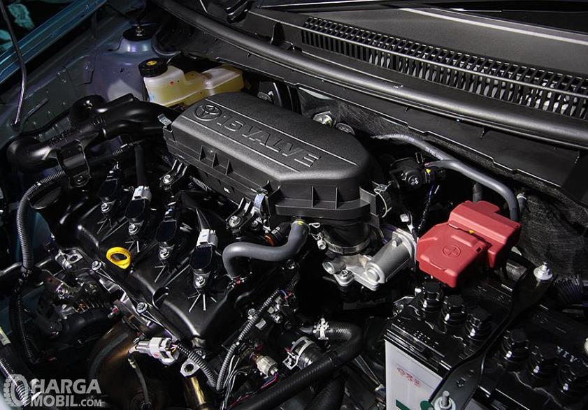Gambar ini menunjukkan mesin Mobil Toyota Etios Valco G 2013