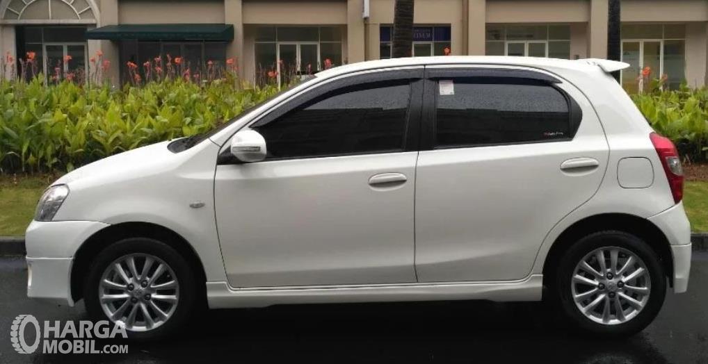 Gambar ini menunjukkan bagian samping Mobil Toyota Etios Valco G 2013