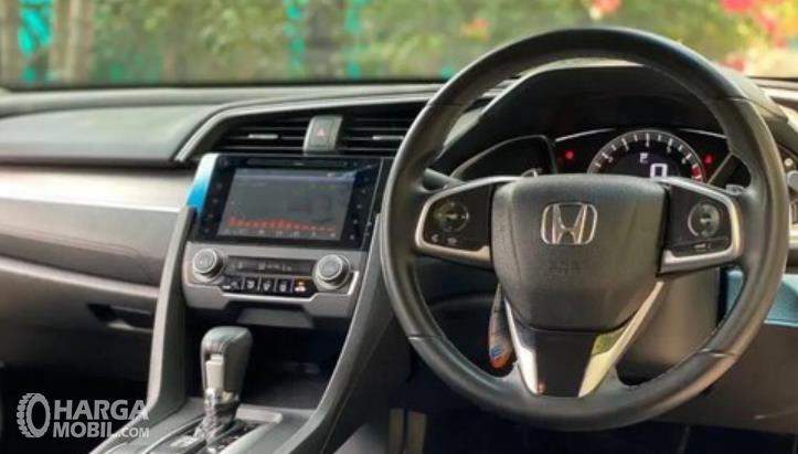 Gambar ini menunjukkan bagian dashboard dan kemudi Mobil Honda Civic Turbo 2016