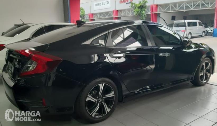 Gambar ini menunjukkan bagian samping kanan Mobil Honda Civic Turbo 2016