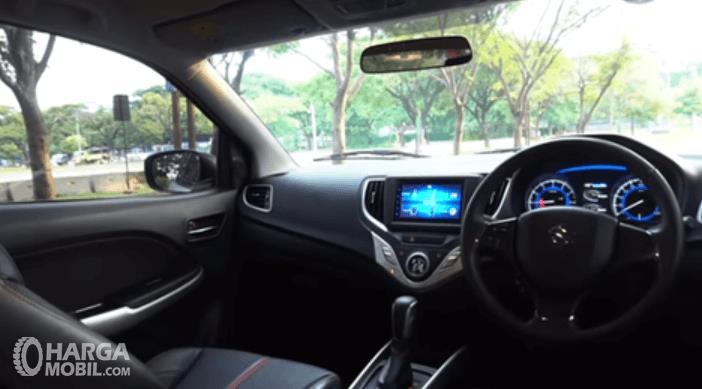 Gambar ini menunjukkan dashboard dan kemudi Mobil Suzuki Baleno Hatchback AT 2018