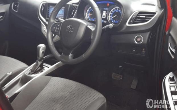Gambar ini menunjukkan kemudi dan bagian depan Mobil Suzuki Baleno Hatchback AT 2018