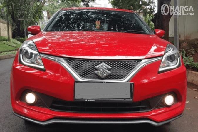 Gambar ini menunjukkan bagian depan mobil Mobil Suzuki Baleno Hatchback AT 2018
