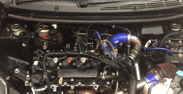Gambar ini menunjukkan mesin turbo dengan banyak komponen