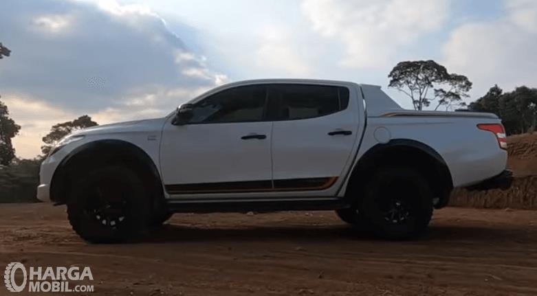 Gambar ini menunjukkan bagian samping mobil Mitsubishi New Triton Athlete 2018