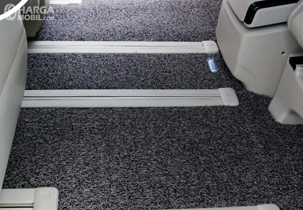 Gambar ini menunjukkan karpet yang terdapat di dalam lantai mobil
