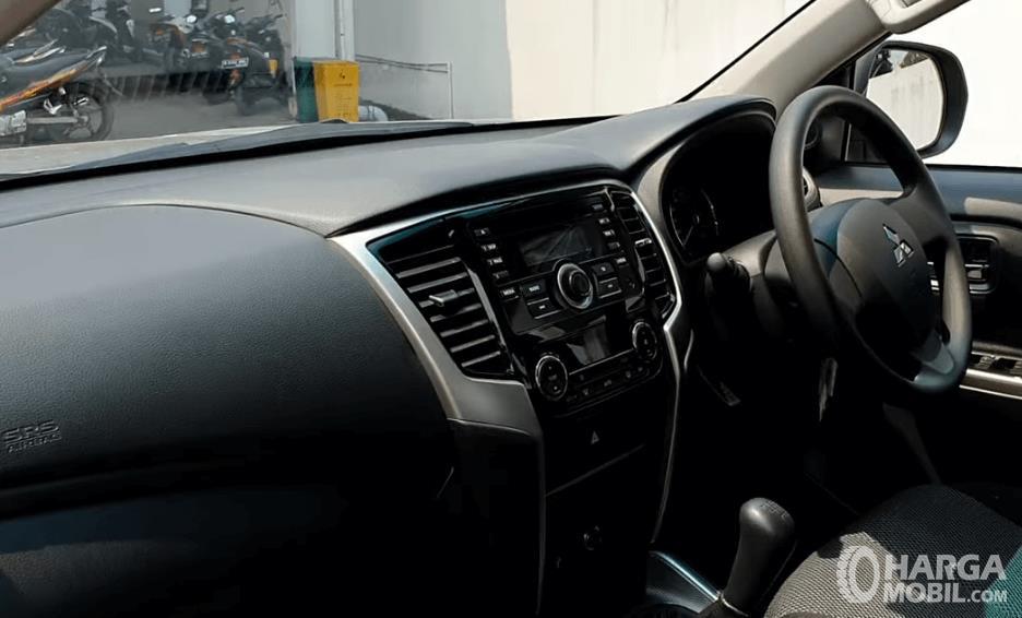 Gambar ini menunjukkan dashboard dan kemudi mobil Mitsubishi Triton GLS MT D-Cab 2019