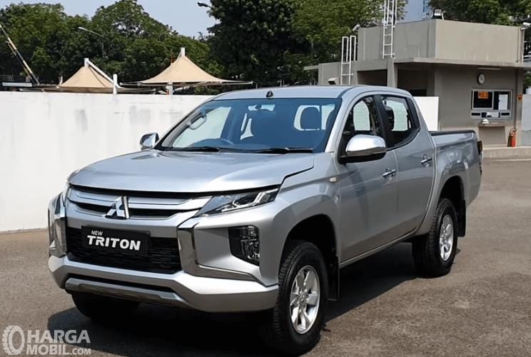 gambar ini menunjukkan sisi depan mobil Mitsubishi Triton GLS MT D-Cab 2019