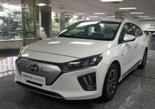 Gambar ini menunjukkan Mobil Hyundai Ioniq putih tampak depan