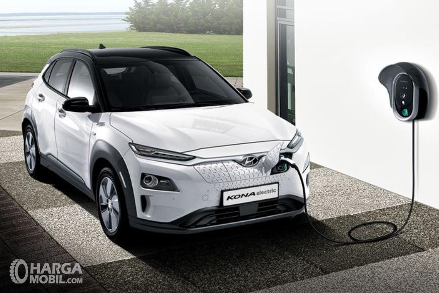 Gambar ini menunjukkan mobil Hyundai Kona tampak bagian depan