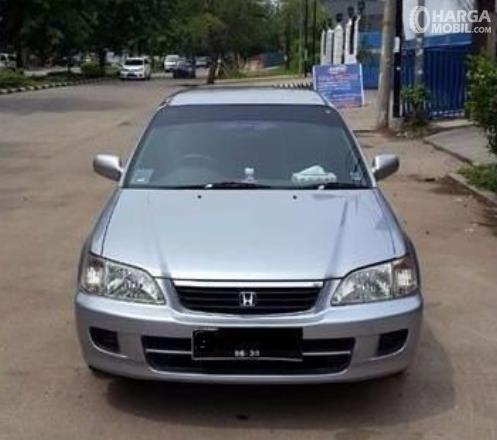 Gambar ini menunjukkan bagian depan mobil Honda City Type Z 2000