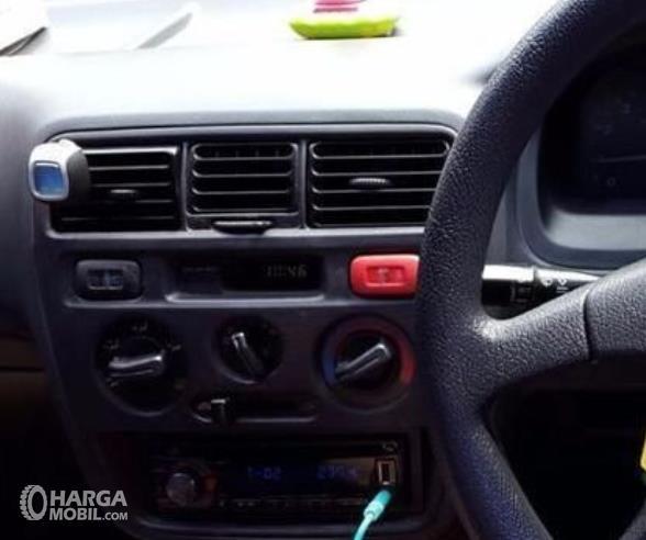 Gambar ini menunjukkan head unit mobil Honda City Type Z 2000
