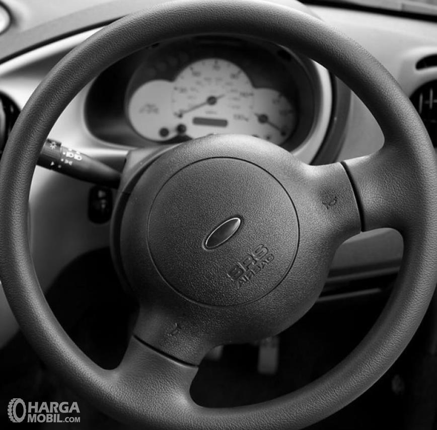 Gambar ini menunjukkan kemudi mobil dengan SRS airbag dan klakson