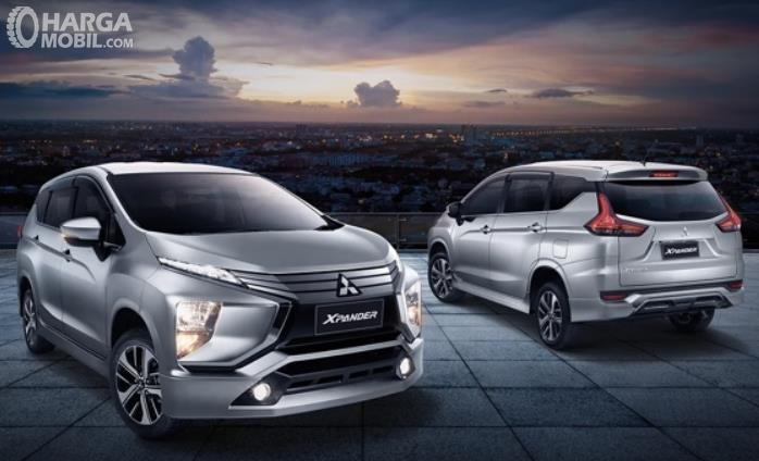 Gambar ini menunjukkan 2 unit mobil Mitsubishi Xpander
