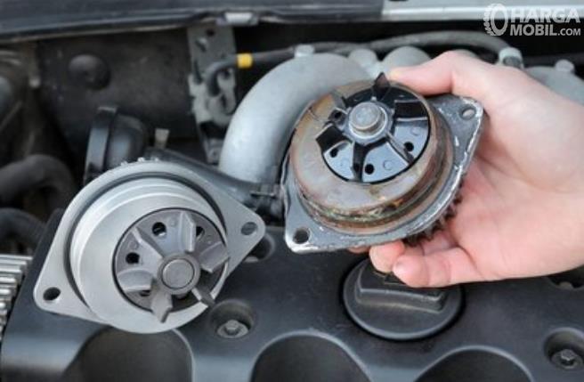Gambar ini menunjukkan water pump pada mobil