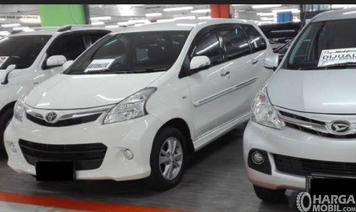 Gambar ini menunjukkan beberapa mobil warna putih dijual