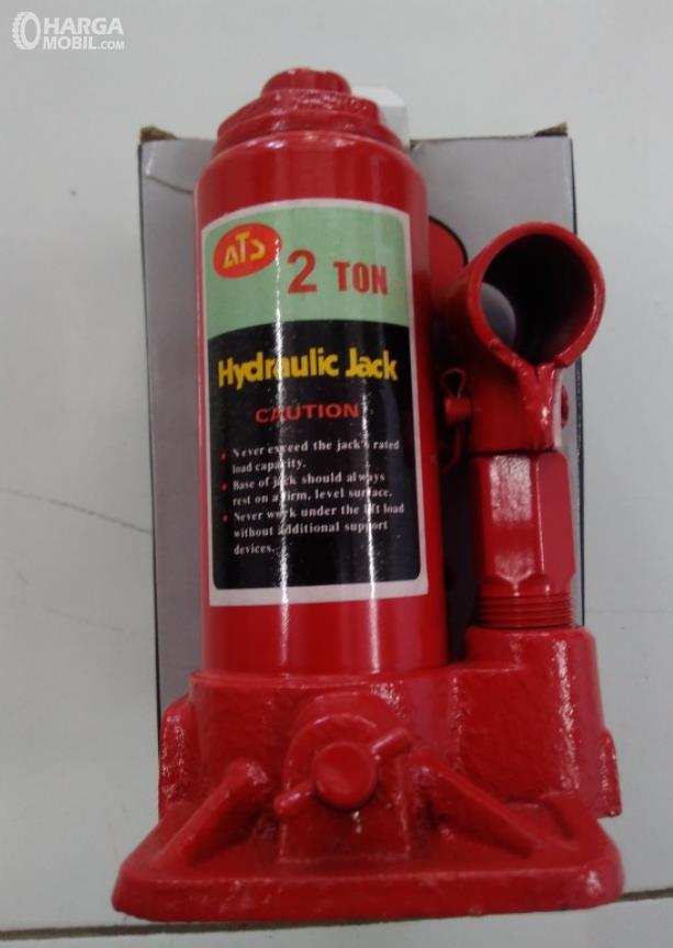 Gambar ini menunjukkan jenis dongkrak botol dengan warna merah