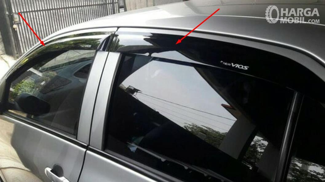 Gambar ini menunjukkan Talang air pada mobil Toyota Vios