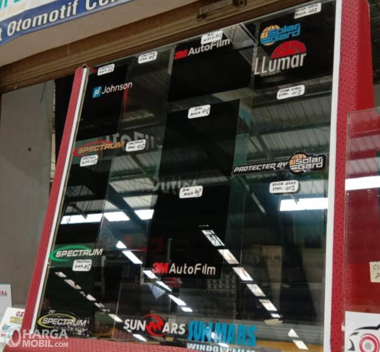 Gambar ini menunjukkan beberapa kaca film dengan beragam merek