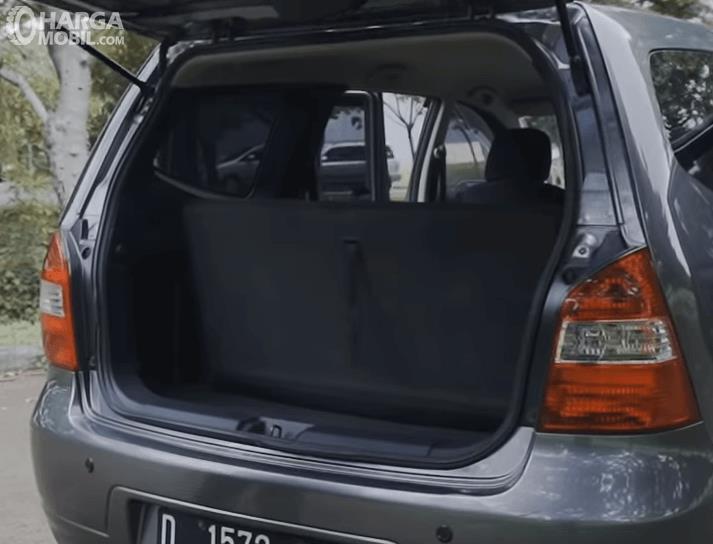 Gambar inimenunjukkan bagasi mobil Mobil Nissan Grand Livina XV 2012