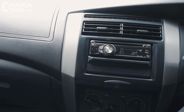 Gambar ini menunjukkan head unit Mobil Nissan Grand Livina XV 2012