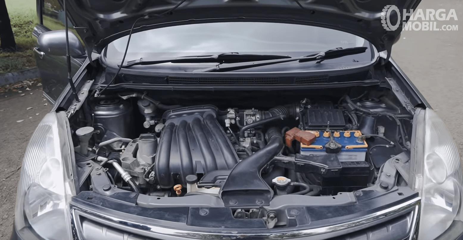 Gambar ini menunjukkan mesin mobil Mobil Nissan Grand Livina XV 2012