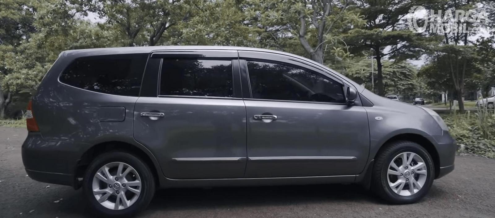 Gambar ini menunjukkan sisi samping Mobil Nissan Grand Livina XV 2012