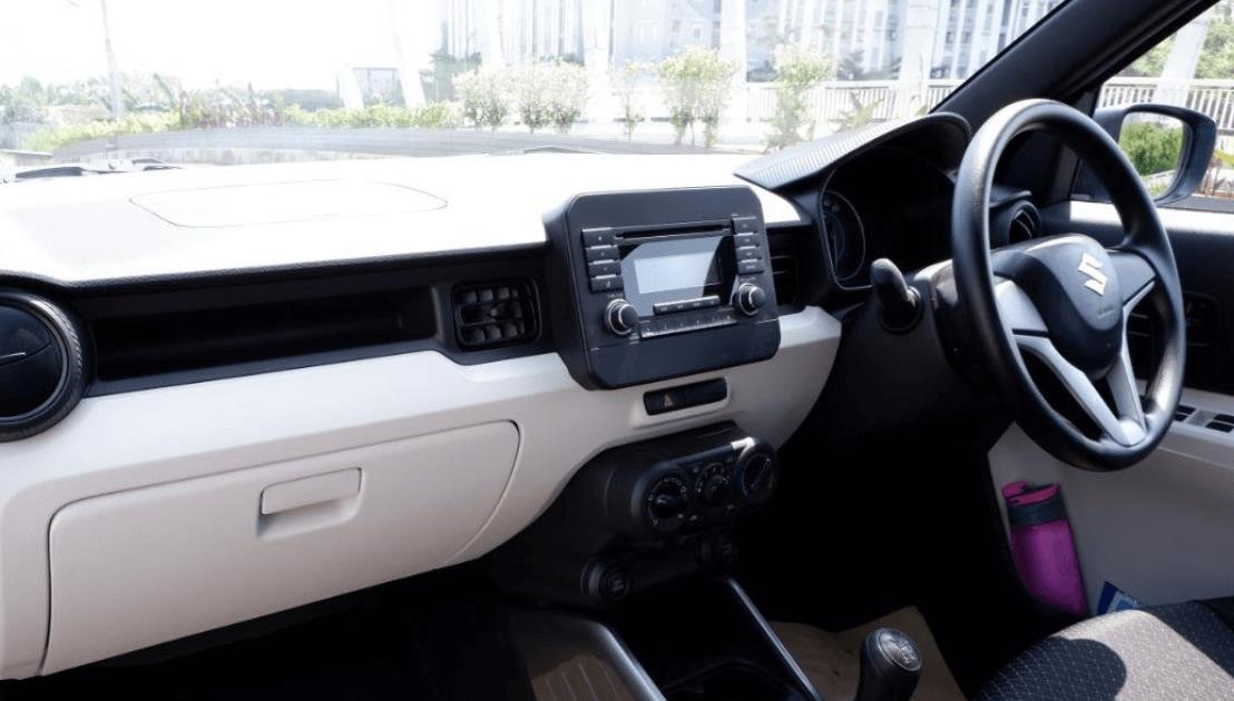 Gambar ini menunjukkan dashboard dan kemudi mobil Suzuki Ignis GL MT 2020
