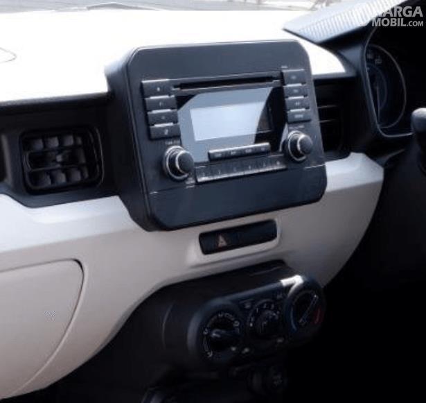 Gambar ini menunjukkan head unit mobil Suzuki Ignis GL MT 2020