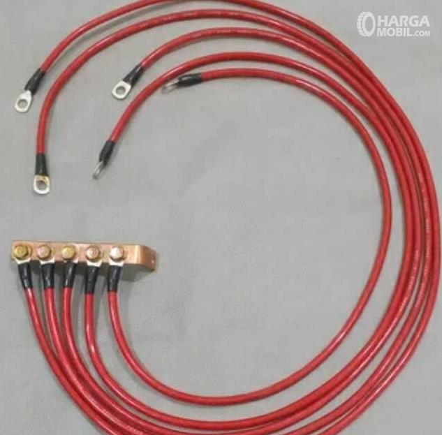 Gambar ini menunjukkan kabel grounding warna merah