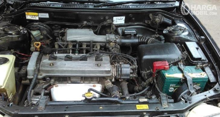 Gambar ini menunjukkan mesin mobil Toyota Corolla