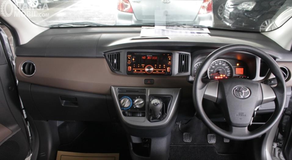 Gambar ini menunjukkan bagian dashboard Toyota Calya G MT 2017