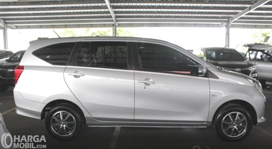 Gambar ini menunjukkan sisi samping Toyota Calya G MT 2017