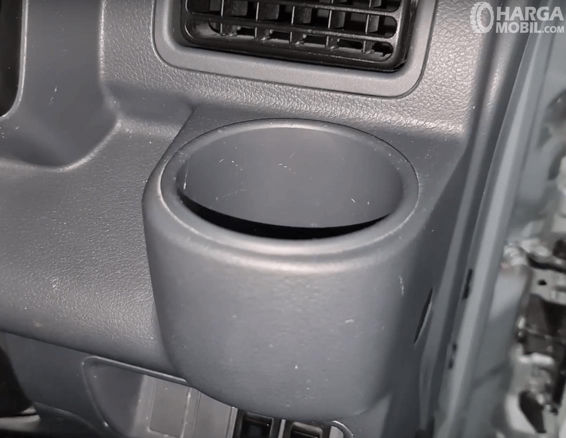 Gambar ini menunjukkan cup holder untuk pengemudi mobil Suzuki New Carry Minibus 2020