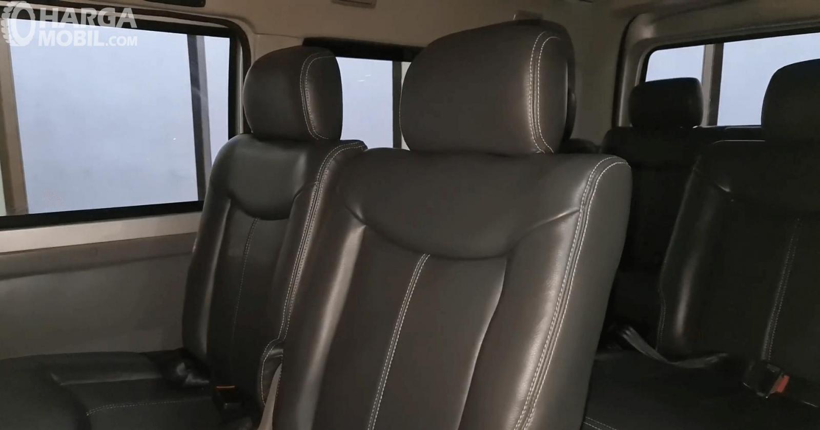 Gambar ini menunjukkan jok mobil Suzuki New Carry Minibus 2020