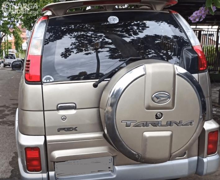 Gambar ini menunjukkan bagian belakang Mobil Daihatsu Taruna FGX Oxxy 2005