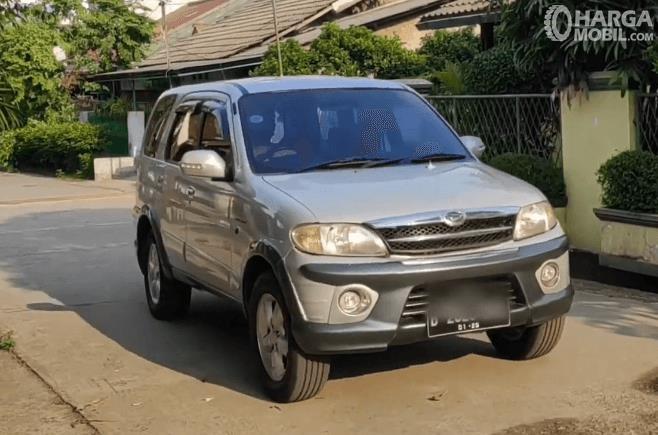 gambar  ini menunjukkan bagian depan mobil Mobil Daihatsu Taruna FGX Oxxy 2005