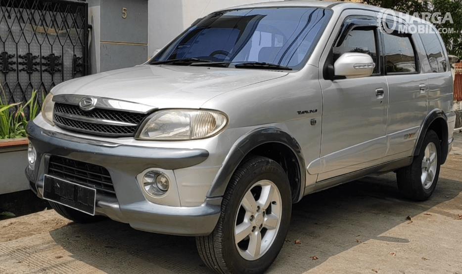 Gambar ini menunjukkan bagian samping Mobil Daihatsu Taruna FGX Oxxy 2005