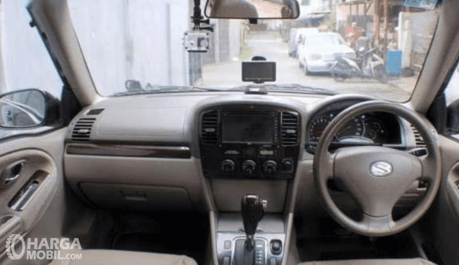 Gambar ini menunjukkan bagian dashboard dan kemudi mobil Suzuki Grand Escudo XL-7 2003