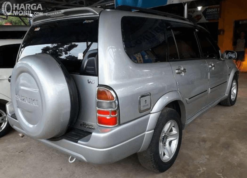 Gambar ini menunjukkan sisi samping dan belakang Suzuki Grand Escudo XL-7 2003