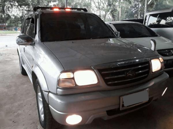 Gambar ini menunjukkan bagian depan mobil Mobil Suzuki Grand Escudo XL-7 2003